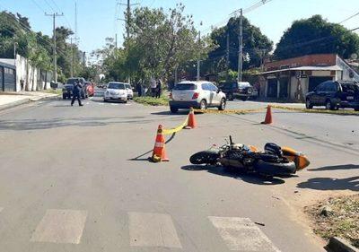 Motociclista muere, tras chocar con la parte trasera de una camioneta