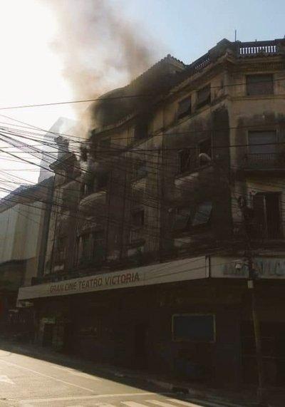 Gran incendio en el edificio del ex cine y teatro Victoria