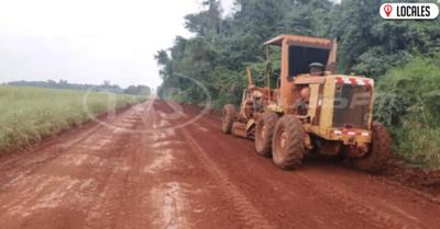 Cuadrillas del MOPC trabajan en el mejoramiento  de caminos vecinales de Itapúa