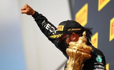 HOY / F1: Hamilton gana, con un neumático pinchado, por séptima vez en Silverstone