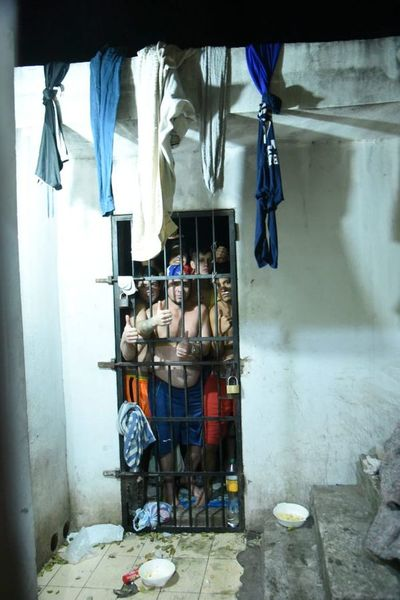 COVID-19: Presos quedan hacinados en comisarías debido a cierre de penitenciarías