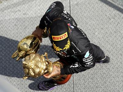 Hamilton triunfa en Silverstone con un neumático pinchado
