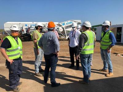 Mario Abdo verificó inicio de las obras en Aña Cuá y recorrió tareas de asfaltado en el tramo Ayolas-Corateí.