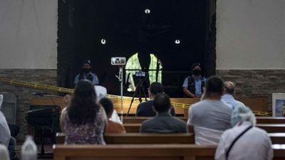Fieles rompen cuarentena voluntaria para rezar en templo quemado en Nicaragua