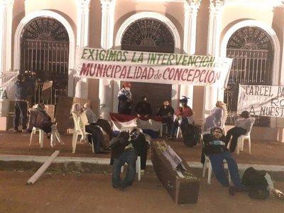 Ciudadanos toman la Municipalidad de Concepción y exigen su intervención