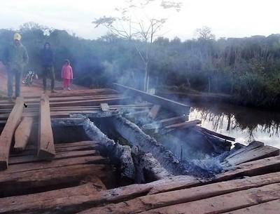 Culpan a inadaptados sociales de quemar puente que une varias localidades de Horqueta