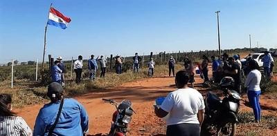 Campesinos apadrinados por políticos buscan adueñarse de ex tierras del fallecido Lindstron
