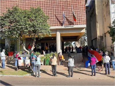 Ciudadanos se movilizan frente a Municipio pidiendo víveres
