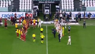 """El pitazo final: Árbitro dirigió un partido por última vez y lo despidieron con el """"pasillo de honor"""""""