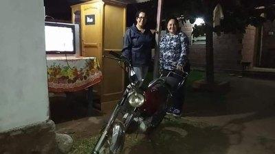 (VIDEO) Le regalaron una moto a vendedor de chicharõ