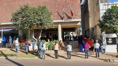 San Ignacio: ciudadanos se movilizaron frente al Municipio pidiendo víveres