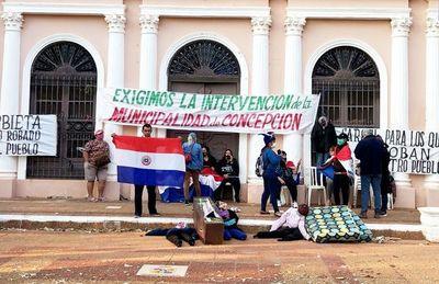 Ciudadanos se encadenan a Comuna de Concepción y exigen intervención