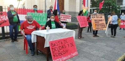 HOY / Organizaciones campesinas se manifiestan frente al Panteón de los Héroes