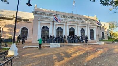 HOY / Desalojan a manifestantes instalados frente a la Municipalidad de Concepción