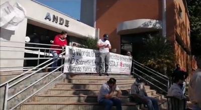 Funcionarios de la ANDE se manifiestan en Coronel Oviedo – Prensa 5
