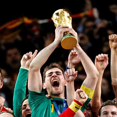 ¡Dejando huellas intachables! Iker Casillas cuelga los guantes y se retira del fútbol