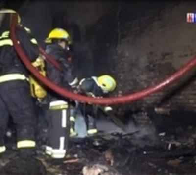 Niños quedan sin ropa al incendiarse su precaria vivienda
