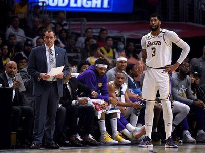 Davis rescata a Lakers