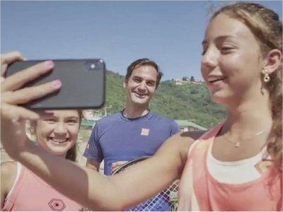 Federer sorprende a dos niñas italianas