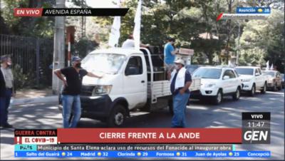 HOY / Sindicalistas de la Ande cierran media calzada de la Avenida España