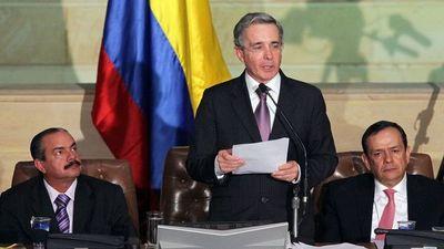 """Califican de """"inédito"""" en la historia política colombiana arresto del expresidente Uribe"""