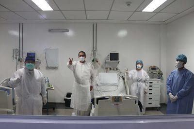 Paciente que recibió el riñón de su esposa en trasplante es dado de alta