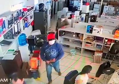 Motochorros asaltan conocido comercio y roban dinero, y celulares