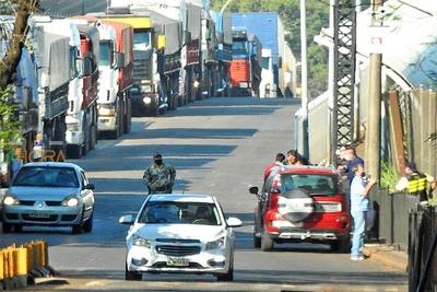 """Puente de la Amistad """"CERRADO"""" pero con intenso movimiento de PERSONAS y VEHÍCULOS"""