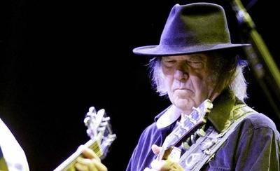 HOY / Neil Young denuncia a la campaña de Trump por utilizar sus canciones