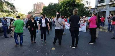 Administrativos de Salud Pública protestan en la calle: exigen bonificaciones