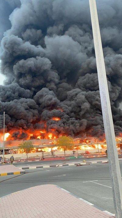 Reportan gran incendio en mercado de Emiratos Árabes