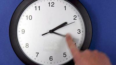 Media sanción para mantener horario de verano todo el año