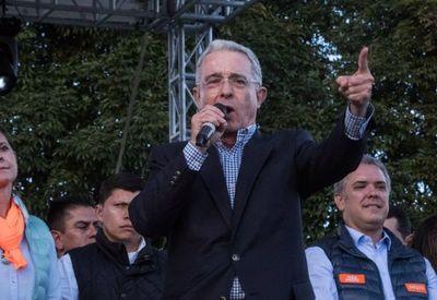 Expresidente colombiano Álvaro Uribe dio positivo al coronavirus tras su arresto domiciliario
