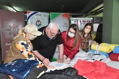 PRESENTAN ABRIGOS DONADOS PARA NIÑOS DE ITAPÚA