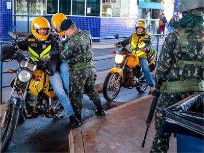 """Brasil MILITARIZA frontera por """"LIBERACION"""" de presos, y esto AHUYENTA a turistas"""