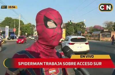 'Spiderman' limpia vidrios en la avenida Acceso Sur