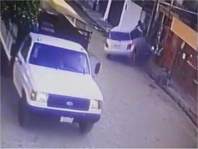 Víctima de asalto atropella con su automóvil a motochorros