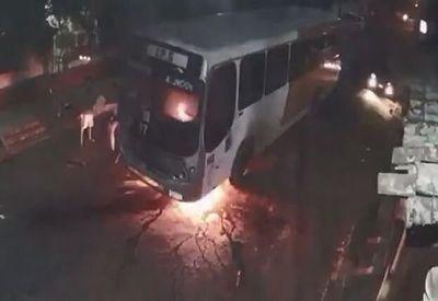 Bus se incendió por aparente desperfecto eléctrico