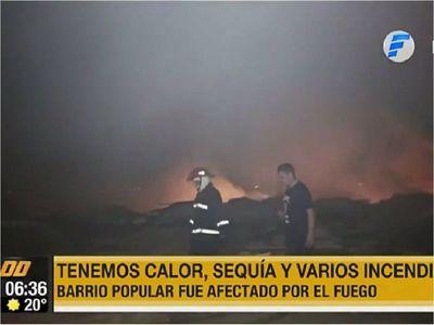Vientos desatan incendio de gran magnitud en barrio de Asunción