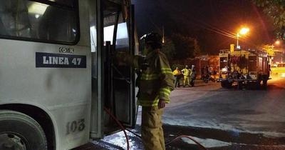 Colectivo de la línea 47 sufre incendio en Guarambaré