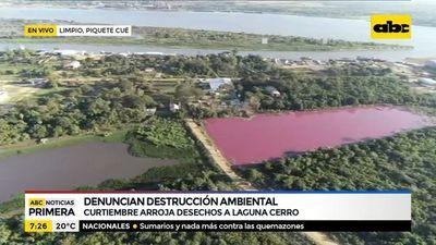 Laguna Cerro se tiñe de roja por desechos arrojados