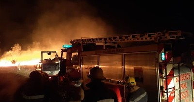 Controlan incendio de grandes proporciones en pastizales sobre Acceso Sur