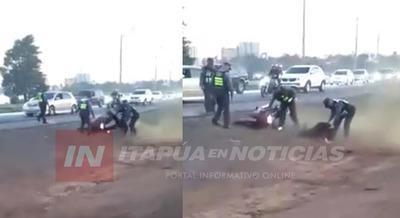 MOTOCICLISTA ATROPELLÓ BARRERA DE LA PATRULLA CAMINERA EN ENCARNACIÓN.