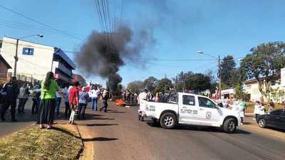 Funcionarios de salud cierran ruta como medida de protesta
