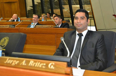 Brítez presenta proyecto que busca descuento de 50% en salario de autoridades para destinarlo a ollas populares