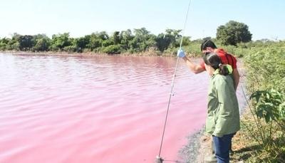 HOY / Ministerio del Ambiente estudia Laguna Cerro de Limpio, teñida de rojo por contaminación