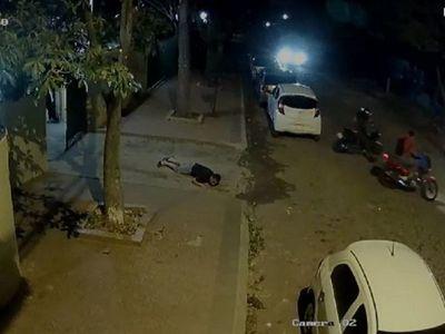 Quiso defender a su vecina de motochorros y le dispararon