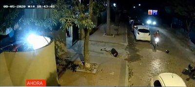 Motoasaltantes disparan a hombre que quiso defender a su vecina