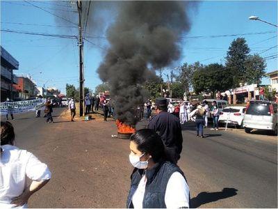 Médicos cierran supercarretera en Hernandarias para exigir insumos