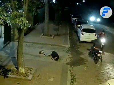 Un hombre se salva de milagro tras ser atacado por un motochorro